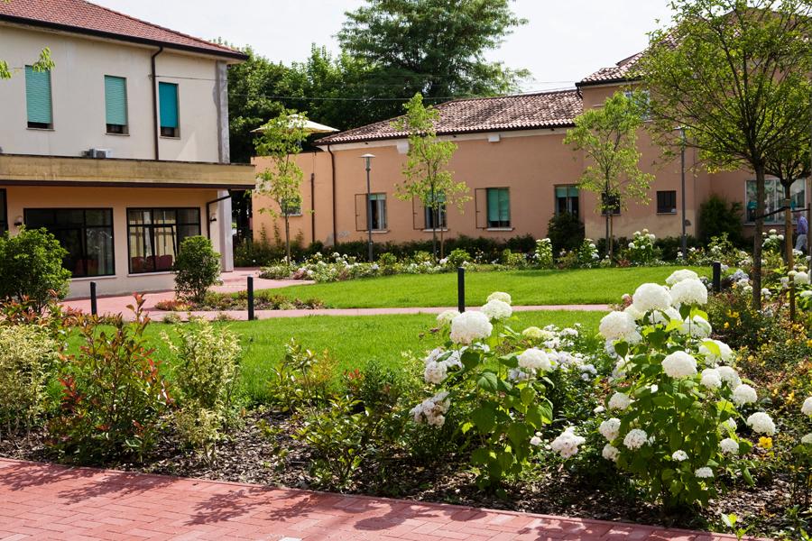 Progettazione giardini aziendali e parchi pubblici Verona. - Fontana l'arte del verde