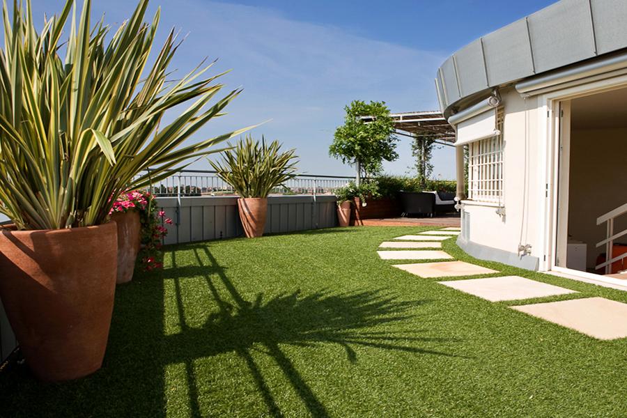 Emejing terrazzi verdi photos idee arredamento casa for Terrazzi arredati